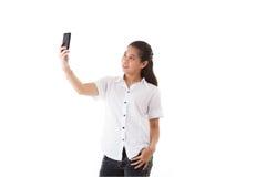 使用巧妙的电话的秀丽亚裔妇女 免版税图库摄影