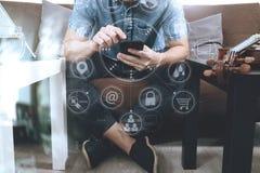 使用巧妙的电话的行家和数字式片剂计算机和sittin 免版税库存图片
