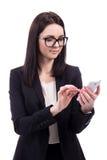 使用巧妙的电话的年轻女商人隔绝在白色 免版税库存照片