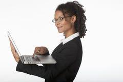 使用年轻人的女实业家膝上型计算机 免版税库存图片
