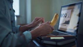 使用年轻人的家庭膝上型计算机人 在家工作的自由职业者 影视素材