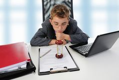 使用年轻人的生意人膝上型计算机 免版税图库摄影