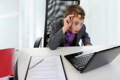 使用年轻人的生意人膝上型计算机 库存照片