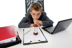 使用年轻人的生意人膝上型计算机 免版税库存照片
