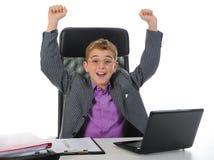 使用年轻人的生意人膝上型计算机 图库摄影