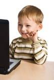 使用年轻人的男孩膝上型计算机 图库摄影