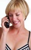 使用年轻人的白肤金发的夫人电话 图库摄影