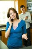 使用年轻人的移动电话人 图库摄影
