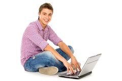 使用年轻人的膝上型计算机人 免版税库存照片