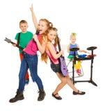 使用当摇滚小组的女孩唱歌和孩子 免版税库存照片