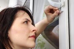 使用您的手指,女性松开窗口把柄定象螺丝  免版税图库摄影