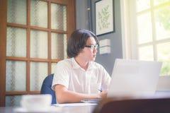 使用想法的学生,当与labtop一起使用时 免版税库存图片
