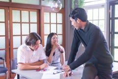 使用想法的小组学生,当一起时学习 免版税库存图片