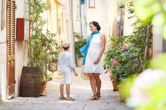年轻使用户外在城市的母亲和她的儿子 免版税库存照片