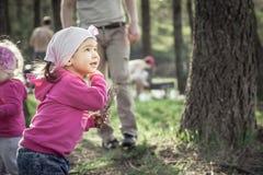 使用户外在夏天森林里的嬉戏的孩子在周末假日期间 库存图片