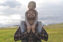 使用户外在春日的父亲和小女儿 图库摄影
