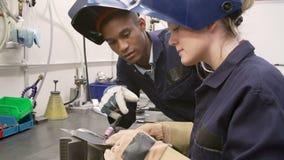 使用手工氩弧焊机器的工程师教的学徒 影视素材