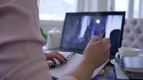 使用手提电脑为和远程工作讨论,网上教学,女孩参加录影教育训练 影视素材