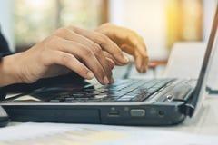 使用手提电脑工作的女商人 免版税图库摄影