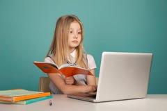 使用手提电脑的女孩在 库存照片