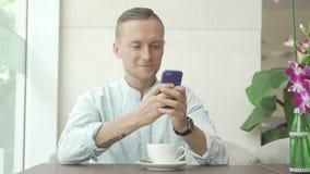 使用手机和微笑的人 免版税库存图片
