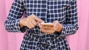 使用手机或智能手机的可爱的妇女在期间 股票录像