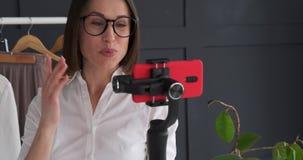 使用手机手扶的常平架的时尚编辑为vlogging新的成套装备 股票录像