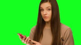 使用手机电话的女孩打破了 股票录像
