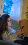 使用手机的一个严肃的少妇的画象 免版税图库摄影