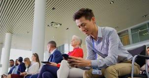 使用手机的亚洲商人在企业研讨会4k 股票录像