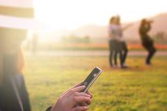 使用手机的亚裔妇女游人为搜寻喜爱的地方数据  免版税库存图片