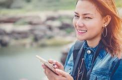 使用手机的亚洲妇女 免版税库存图片