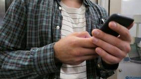 使用手机的人在地铁 股票录像