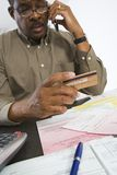 使用手机的人,当拿着信用卡时 免版税图库摄影