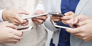 使用手机的人们 免版税库存图片