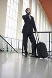使用手机的商人在机场 免版税图库摄影