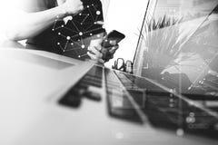 使用手机的商人手有作为busi的便携式计算机的 免版税库存图片