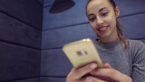 使用手机的女商人在咖啡馆 股票录像