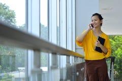 使用手机的女商人 免版税库存照片