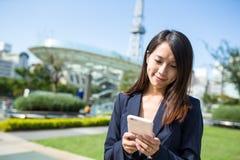 使用手机的女实业家在名古屋市 图库摄影