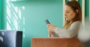 使用手机的女性顾客在精品店商店4k 股票视频