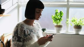 使用手机的妇女在厨房4k 影视素材