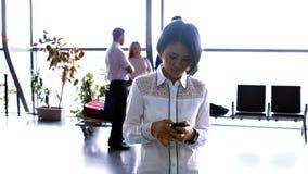 使用手机的妇女,当互动互相时的通勤者 影视素材