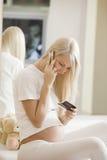 使用手机的孕妇 库存照片