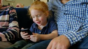 使用手机的家庭在客厅 股票视频