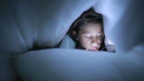 使用手机的小女孩在晚上 一揽子隐藏下 影视素材
