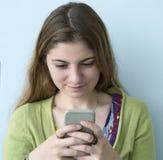 使用手机的年轻女人 免版税库存图片