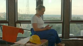 使用手机的年轻轻松的女性工程师或发短信给o断裂 股票视频