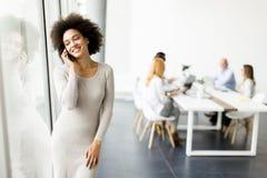 使用手机的年轻非裔美国人的女实业家 免版税库存图片