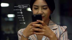 使用手机的微笑的青少年的女孩 免版税库存照片